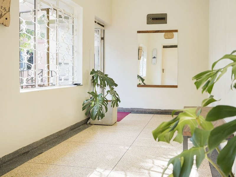 Bright room on 1st floor with WiFi, location de vacances à Kampala