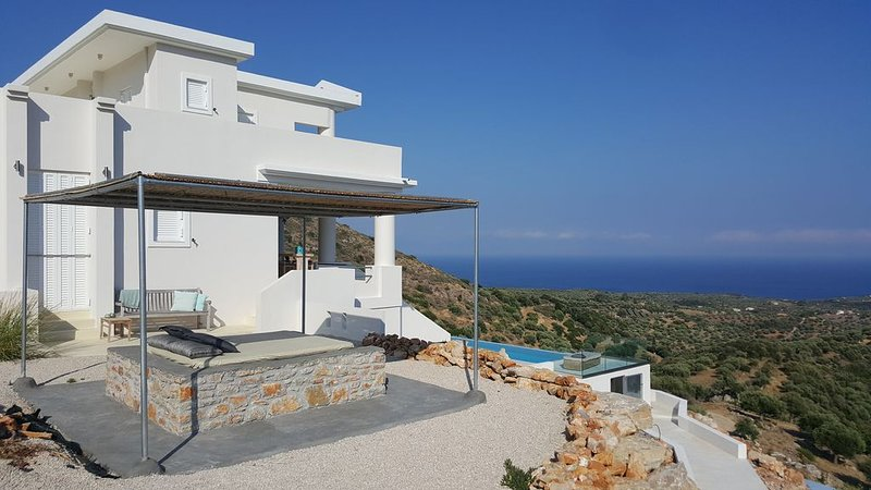 Big private eco villa on a mountain, infinity pool and amazing view over the sea, casa vacanza a Messenia Region
