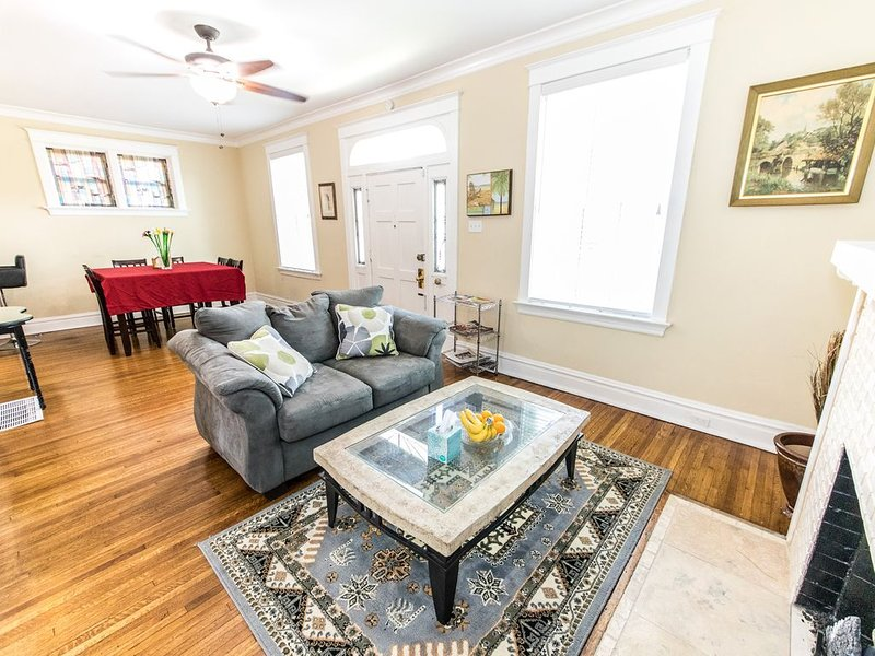Updated Brick Home Sleep 9 Walk to WashU/Barnes/Delmar Loop/Forest Park/Zoo, location de vacances à Saint Charles