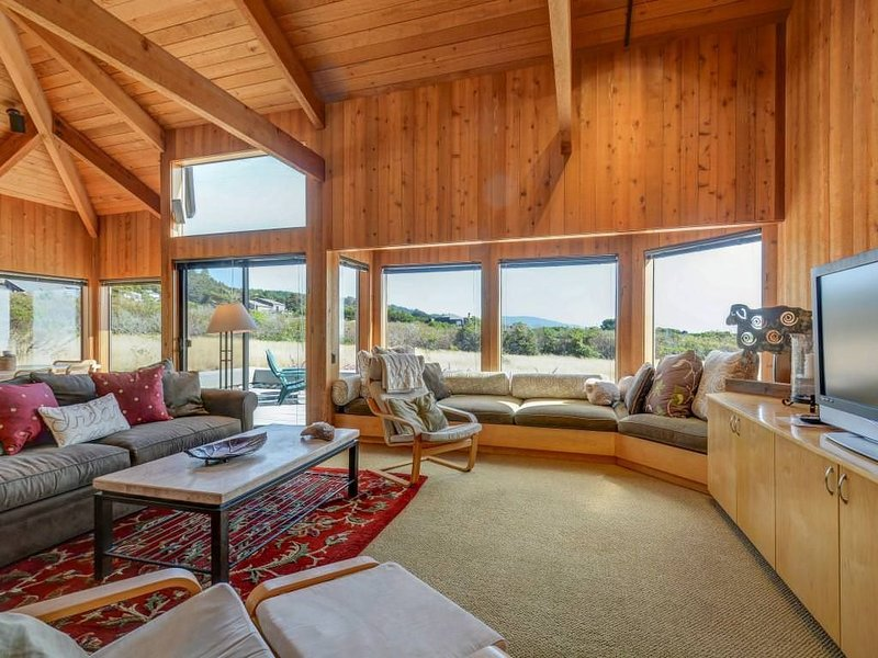 Tranquil oceanfront cottage w/ private courtyard & hot tub (pet friendly!) – semesterbostad i The Sea Ranch