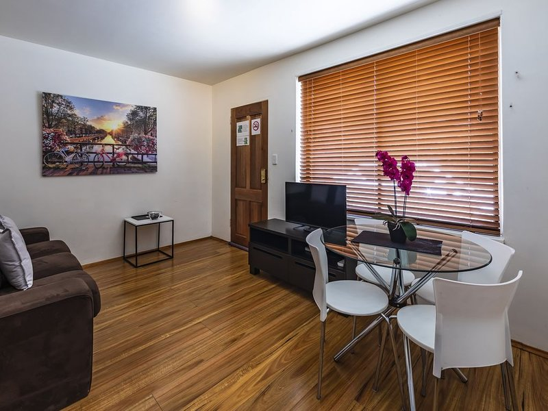 Close to Everything, Entire St Kilda Queen Bed Apartment, holiday rental in St Kilda East