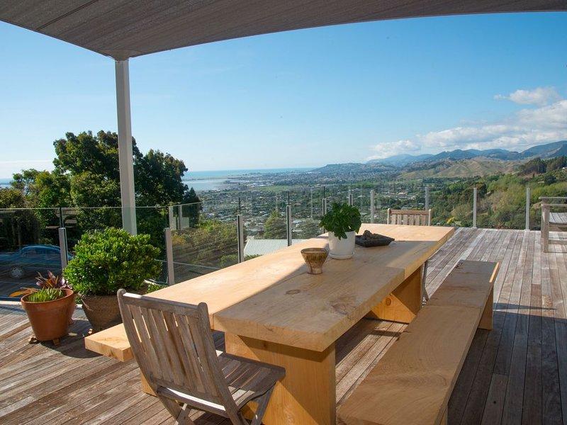 STYLISH AND MODERN HOME with Captivating Views, aluguéis de temporada em Redwoods Valley