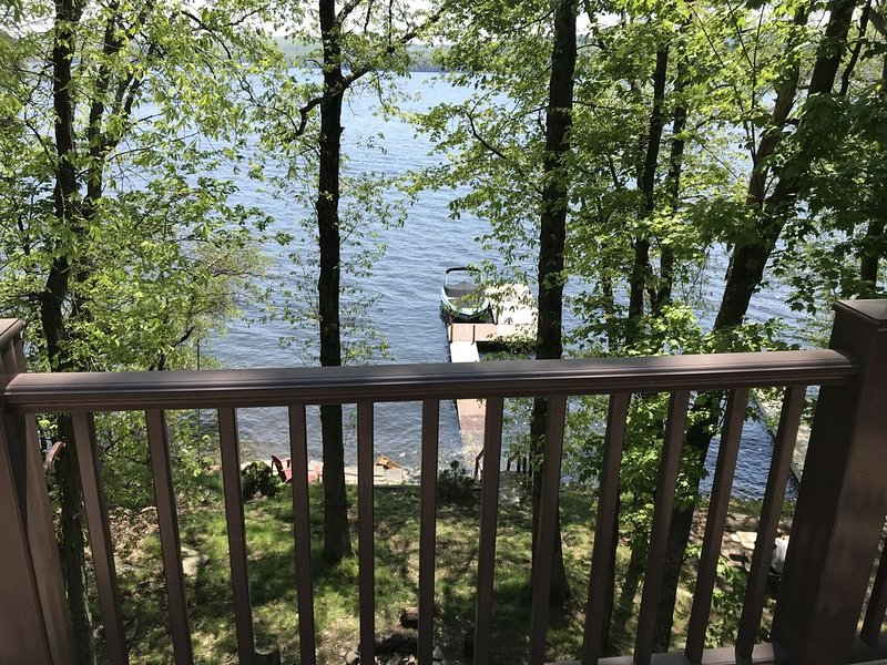 Lake front home right on lake w/ 5 Bed room 3 Full Bath, location de vacances à Lakeville