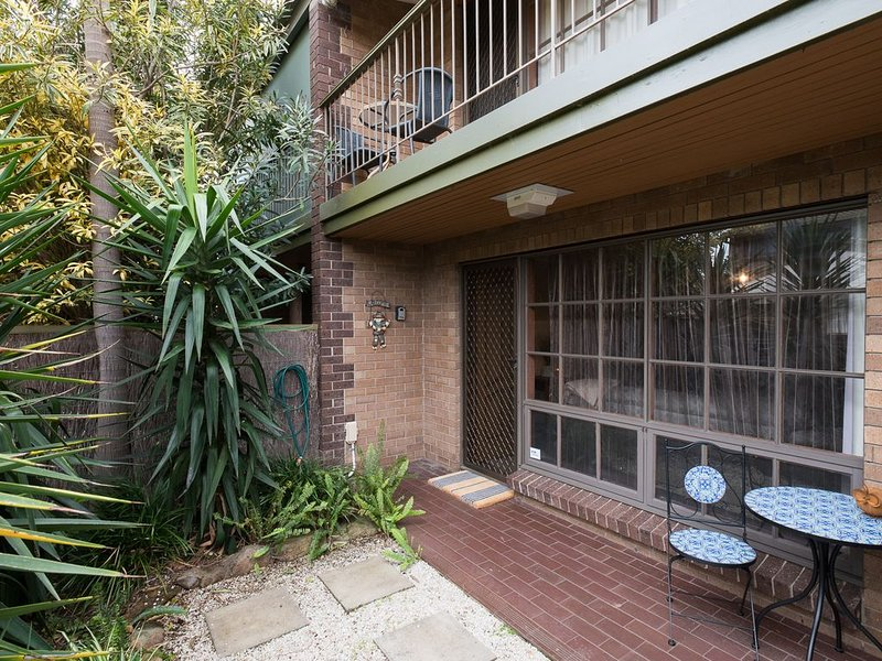 Secluded townhouse great for families, couples, small groups in Glenelg North, casa vacanza a Glenelg