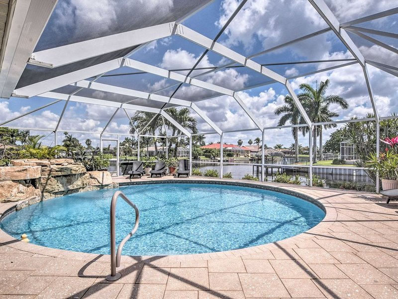 Beautiful Waterfront Pool Home with Waterfall, Boater's Paradise, location de vacances à Cape Coral