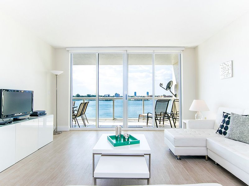 Spacious condo w/ terrace overlooking the bay | WIFI + Parking, location de vacances à Sunny Isles Beach