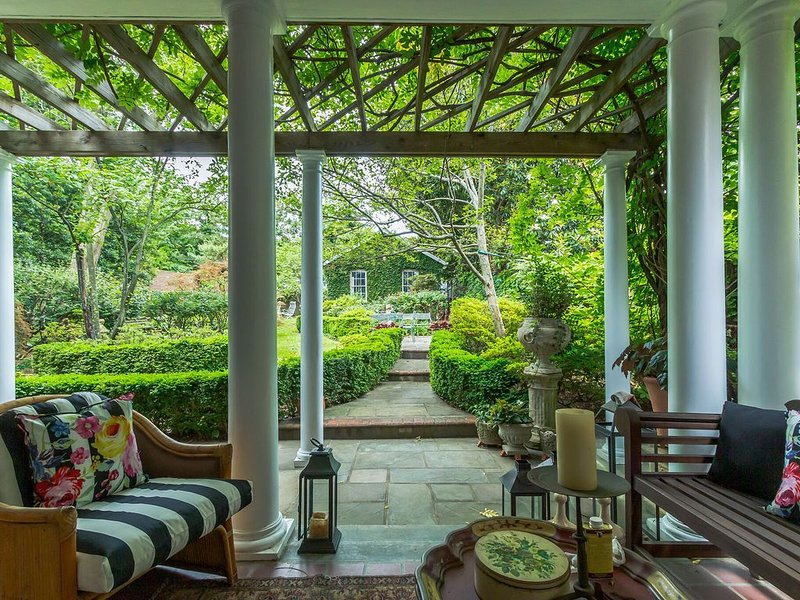 Hidden Garden in Observatory Heights! (CDC Safe), holiday rental in Chevy Chase Village