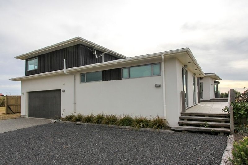 Kapiti Island and Beachfront Views, holiday rental in Levin