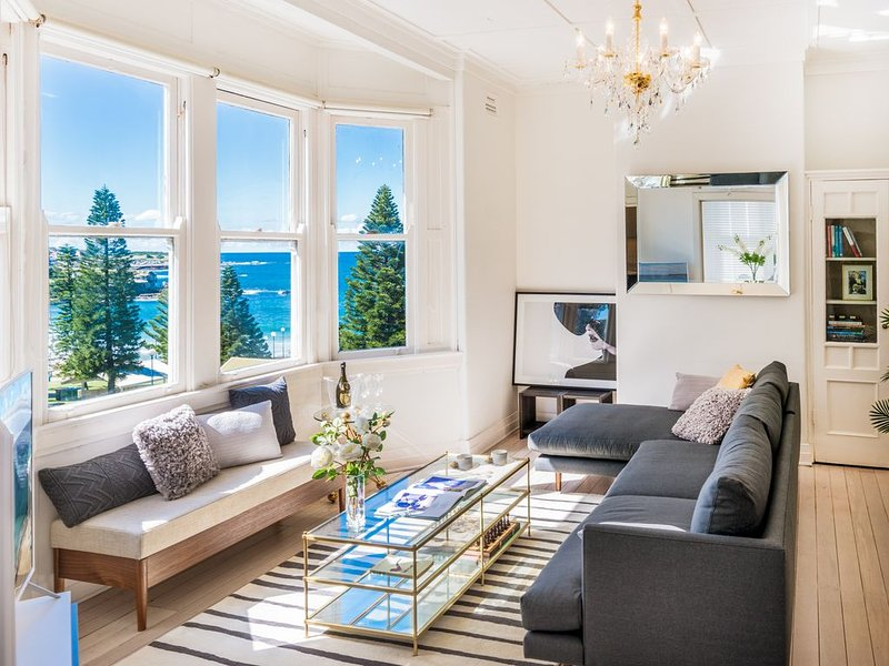 Beachside Living in a Luxe Art Deco Apartment with ocean views, holiday rental in Maroubra