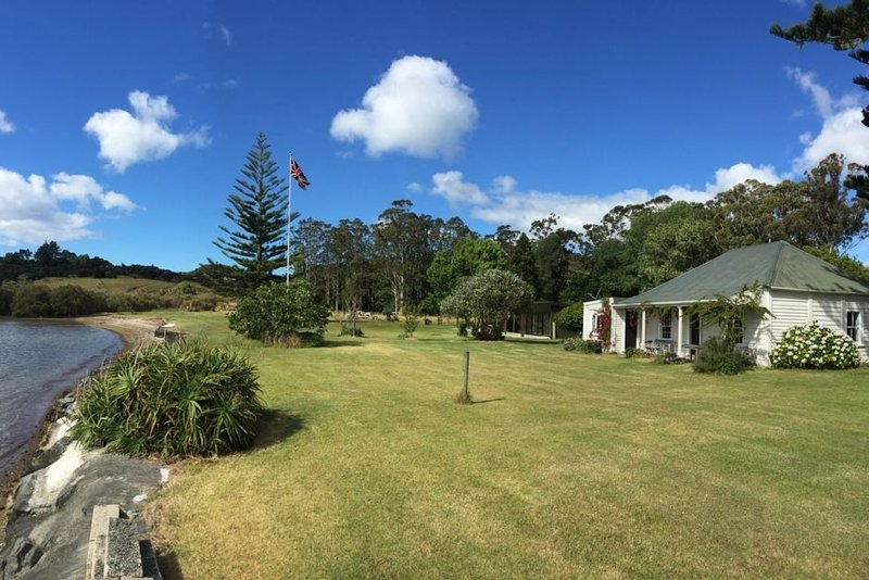 Waterfront Historic Homestead with boat ramp, holiday rental in Rawhiti