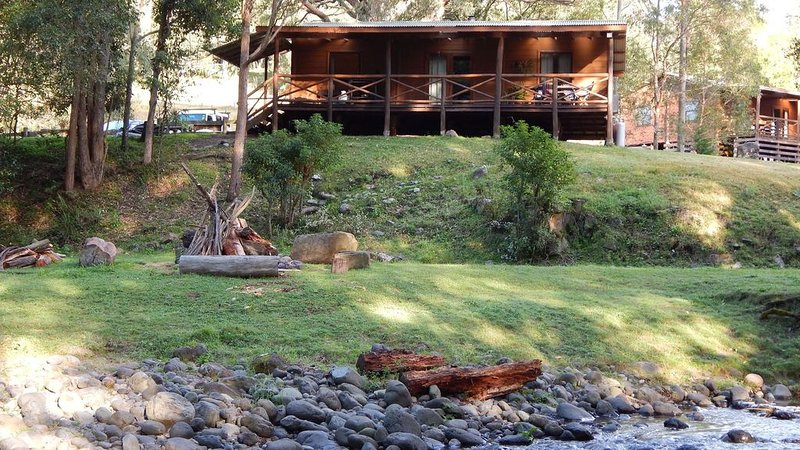 The Allyn River Cabins - 'Riverside', holiday rental in Fosterton