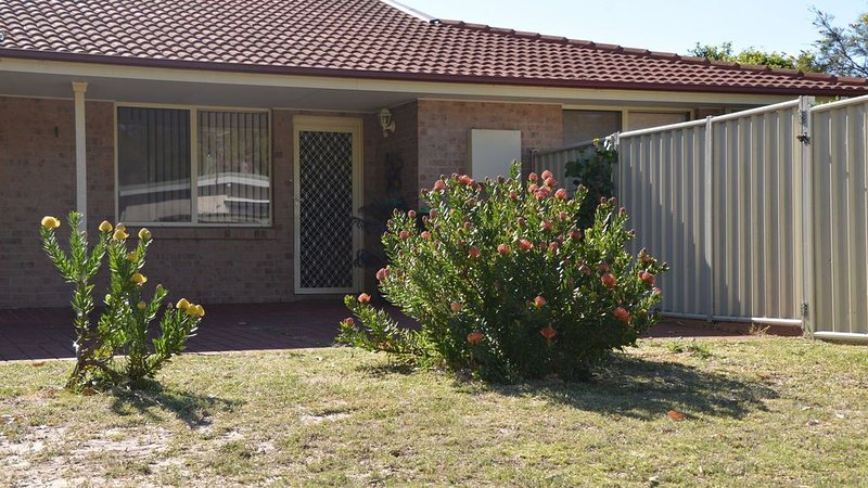 Broulee Holiday Villa - 5 minute walk to the beach and the creek, location de vacances à Moruya