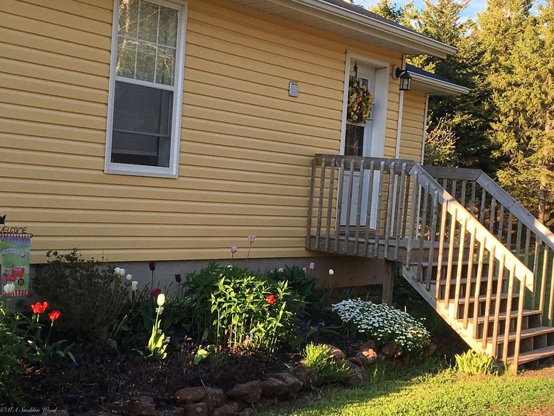Beautiful water's edge 2 bedroom vacation home, vacation rental in Hunter River