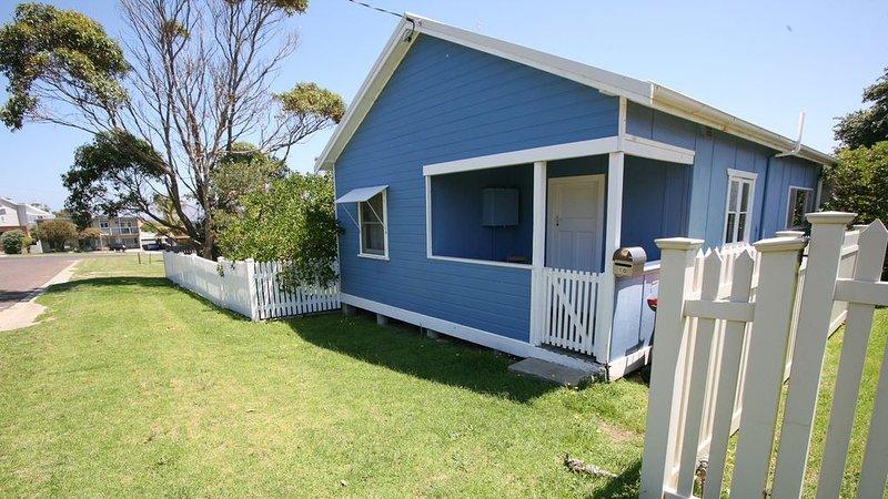 BLUE BERMI BEACH HOUSE: 10 Barragoot Street- Fishermen & pets welcome, holiday rental in Barragga Bay
