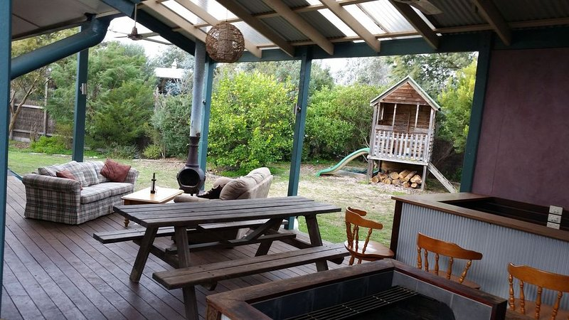 Relaxed Family Beach House, beach 100m, NBN WIFI, Dog Friendly, holiday rental in Somers