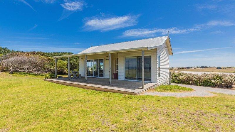 AMHURST Beachfront Cottage, aluguéis de temporada em Port Fairy