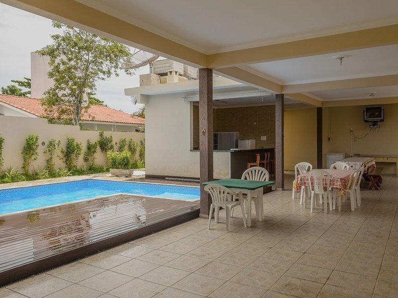 Dentro de condomínio com segurança 24H à 80 metros da praia. AR CONDICIONADO!!!, location de vacances à Maranduba