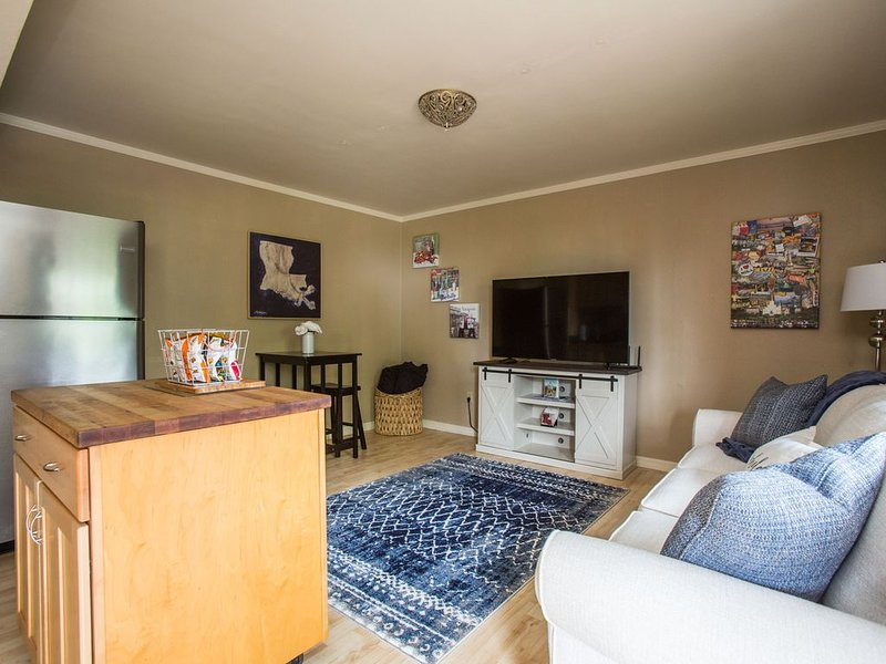 Uptown NOLA! Located Steps to StCharles Street Car, holiday rental in Gretna