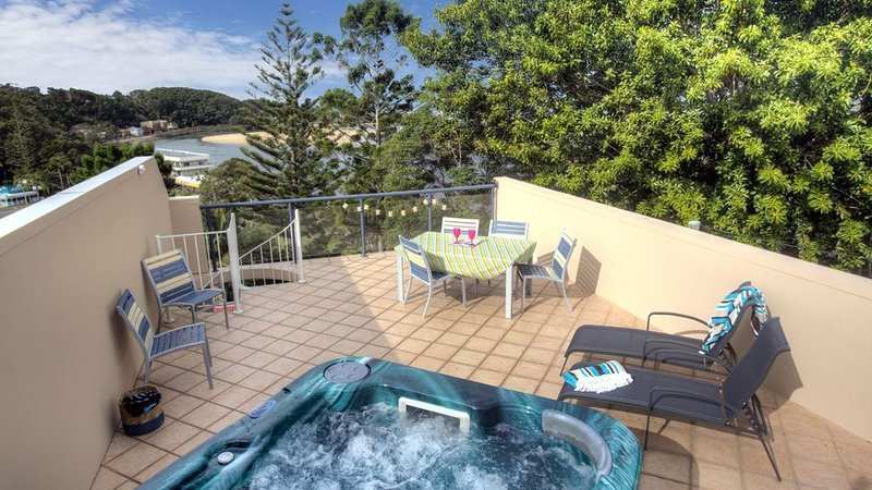 Oceanview 6 at Nambucca with rooftop tce & spa, holiday rental in Valla