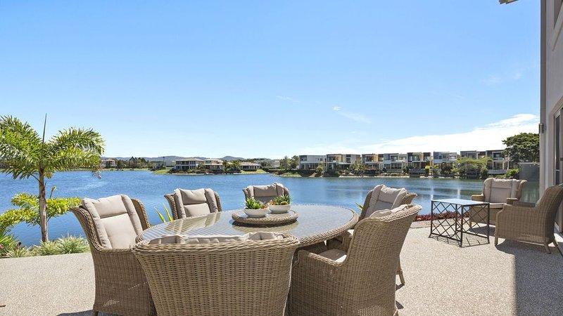 ALLURE * THE LAKES - HEATED COMMUNAL POOL, vacation rental in Runaway Bay