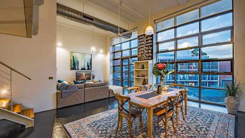 Luxury warehouse apartment close to CBD, location de vacances à Yarra