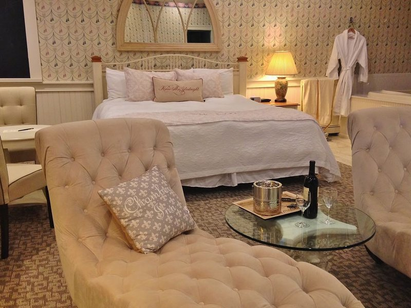 Romantic Boutique Hotel / Bed and Breakfast - Deluxe Firespa Suite, holiday rental in Tyringham