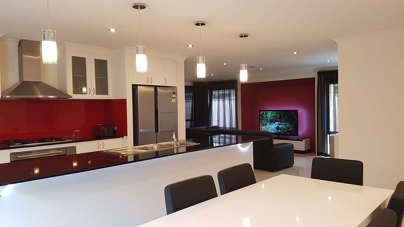 Rainbow JOY HOUSE LUXURY PERTH + WIFI UNLIMITED, holiday rental in Canning Vale