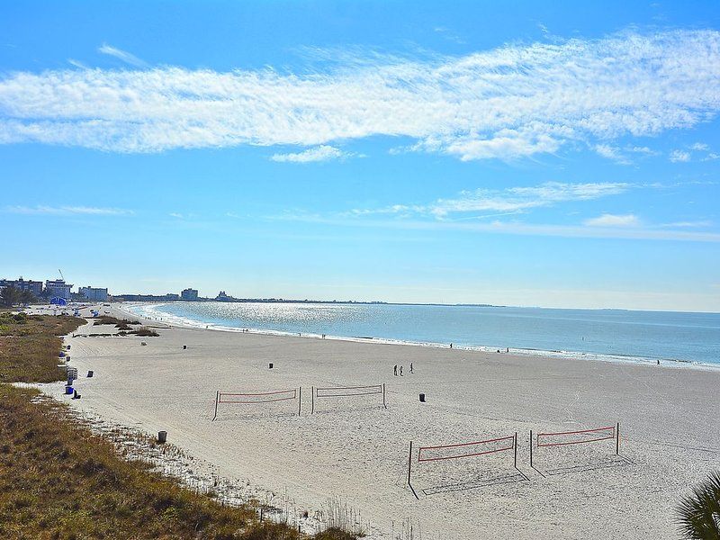 Caprice 401 Awesome views/Great location/Walk to everything!, alquiler vacacional en Saint Pete Beach