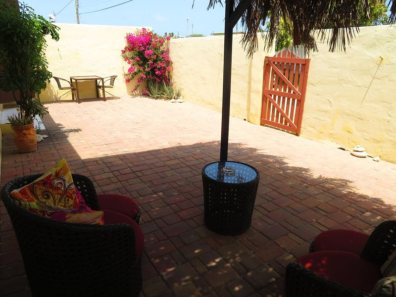 For rent a detached bungalow with full privacy and own entrance., location de vacances à Santa Cruz