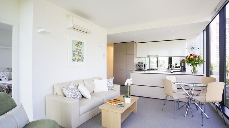 St Kilda Rd apartment - light filled and lovely – semesterbostad i South Yarra