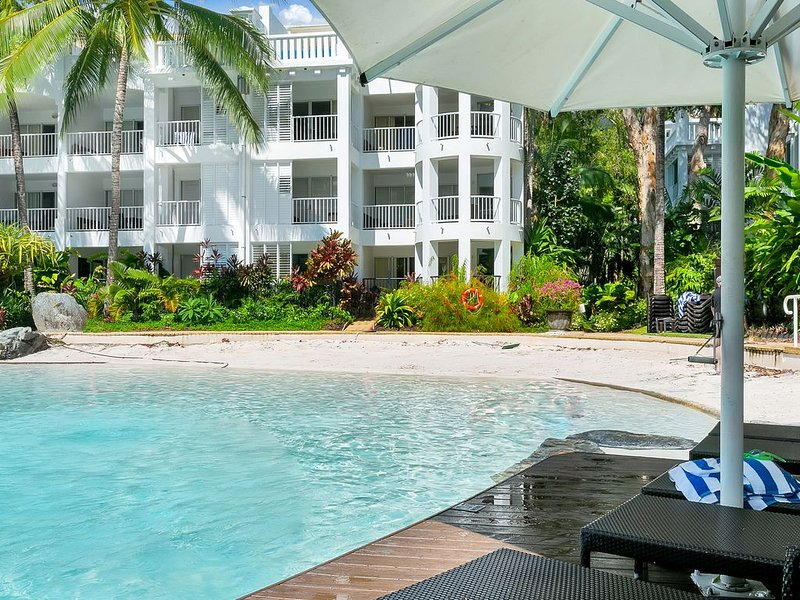 2 Bedroom Beach Club Lagoon Apartment Palm Cove, vacation rental in Palm Cove