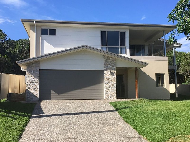 4 bedroom Home A Stones Throw from the Ocean, casa vacanza a Taree
