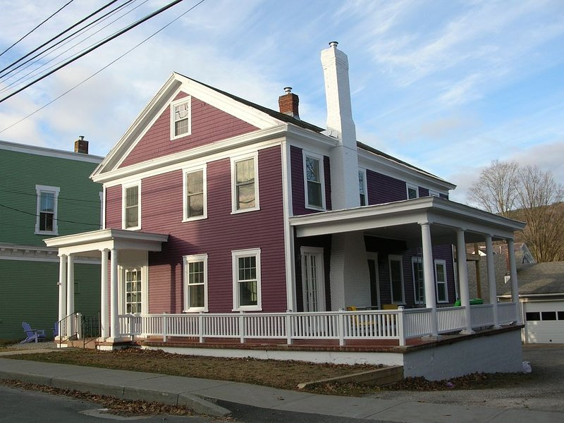 One Gigabit/Second Fiber Internet With Mountains Views, holiday rental in Wallingford
