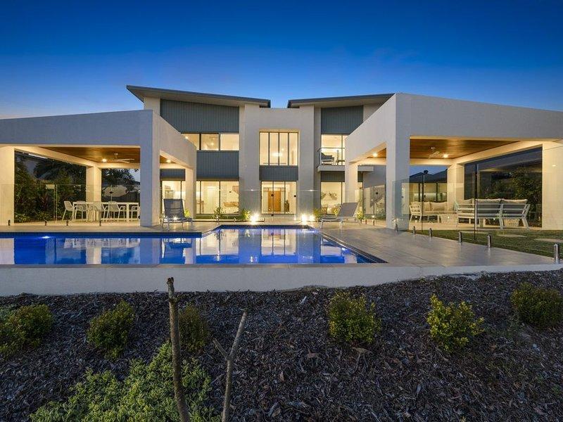 Luxury Canal Front  Holiday House, Raptor Pde Banksia Beach, alquiler de vacaciones en Ningi