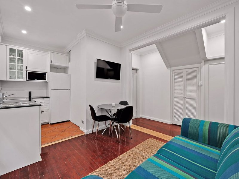 Stylish Apartment with patio on Sydney North Shore, holiday rental in Forestville