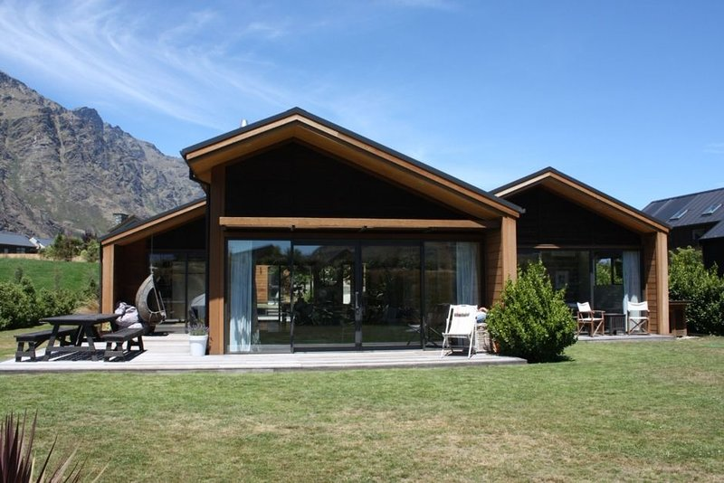 Modern Family Home - available long weekends and school holidays!, Ferienwohnung in Queenstown