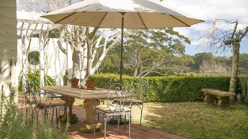 Milton Park Villa 5 -quirky, stylish with gorgeous garden setting, holiday rental in Bowral
