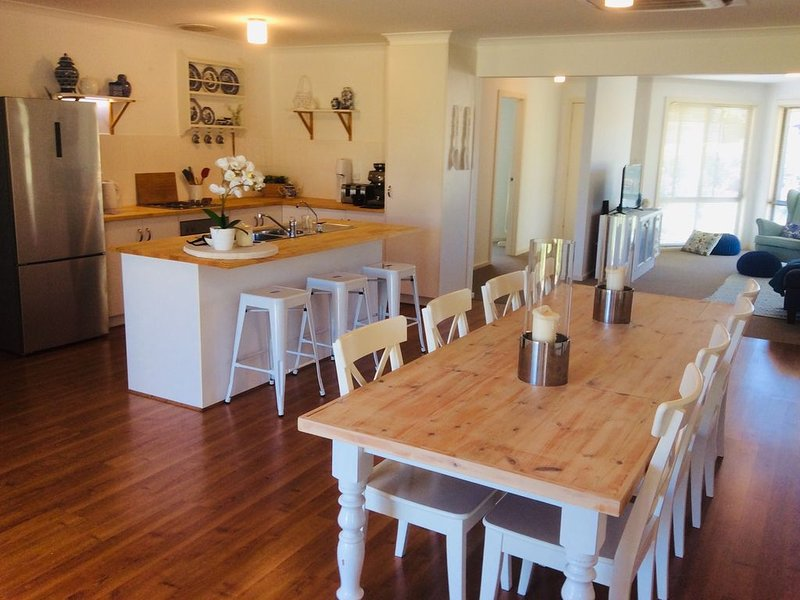 Modern 4 bedroom family home. Short walk to beaches and nearby Normanville., location de vacances à Carrickalinga