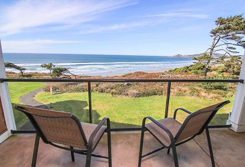 Luxury Oceanfront Condo with Two Master Suites Near Newport's Nye Beach, vacation rental in Newport