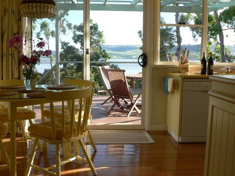 Olive's Cottage: Superb Views Of The Tamar River, holiday rental in Rosevears