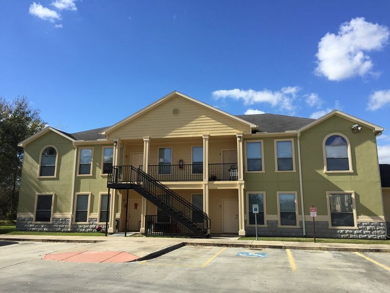 New Listing!! Newly furnished condo, I-10 West/Beltway 8, 4 bedrm 2 bath, 77080, location de vacances à North Houston