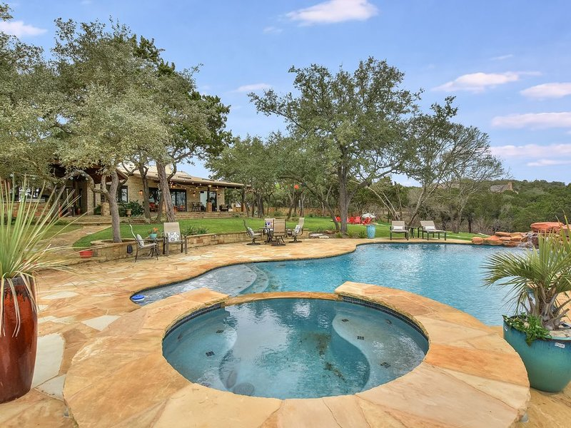 ABOVE SERENITY   8mi to ATX   Pool/Spa I 10 Beds   Acres of Land   Views, holiday rental in Bee Cave