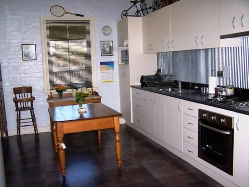 Comfort, history, charm and personal service. 'Do yourself a favour', holiday rental in Bathurst