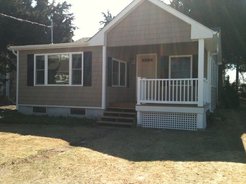 Remodeled Clinton 2 BR/1 Bath Shore Cottage, Walk To Private Beach, alquiler vacacional en Madison