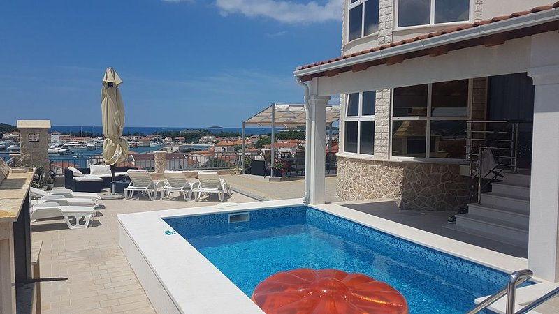 Luxury apartment with pool and nice view (4+1), vacation rental in Rogoznica