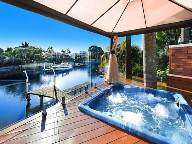 LUXURY *  WATERFRONT  *  FAMILY ENTERTAINER * IN BROADBEACH WATERS, aluguéis de temporada em Mudgeeraba