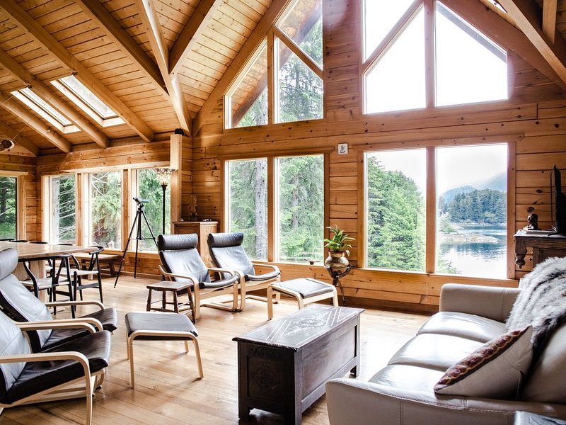 Private, Waterfront House with Hot Tub, location de vacances à Sitka