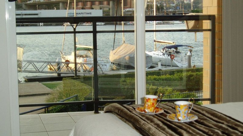 Luxury waterfront apartment on Blackwattle Bay in Sydney Harbour, vacation rental in Balmain