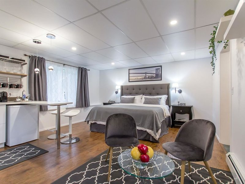 Modern King Size Guest Suite(No Cleaning Fee), vacation rental in Burnaby