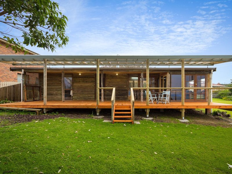 Rustic Log Cabin with large front deck to capture the Stunning Views, alquiler vacacional en Dalmeny